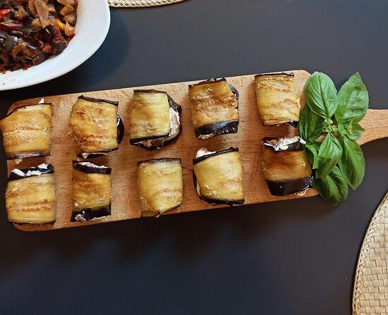Senigallia, Italia: Pranzo di Ferragosto a casa : Involtini di melanzane nostrane fritte con cuore di robiola e pomodori essiccati ....