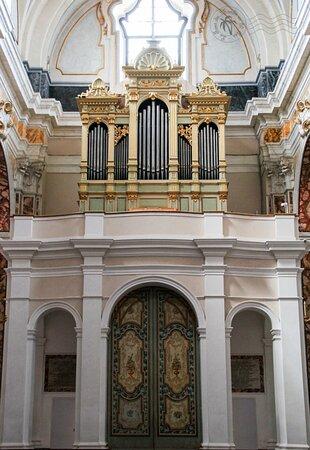 L'orgue joliment coloré.