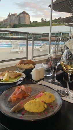restaurant au top, avec des assiettes délicieuses et copieuses avec un rapport qualité/prix parfait personnel très agréable et très chaleureux