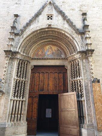 Ascoli Piceno - via del Trivio, Portale Chiesa S. Francesco