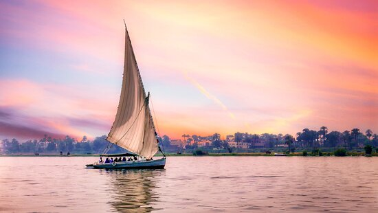 Kairo, Ägypten: No trip to Cairo is complete without a Sunset Nile River ride on Felucca.  Be sure to let BTS make arrangements for you, and if you want be could arrange some delectable treats to take with you on a picnic!!