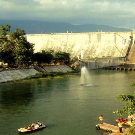 Palakkad District, Índia: Malampuzha dam and garden and its surroundings are nice place to visit for a tourist in palakkad( kerala) foreign or domestic-this is view of the dam.