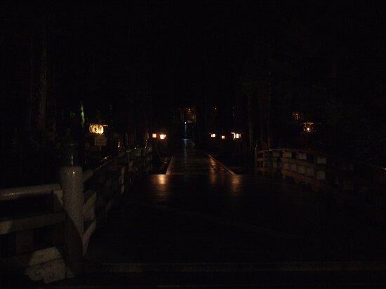 御廟橋から灯籠堂を見る