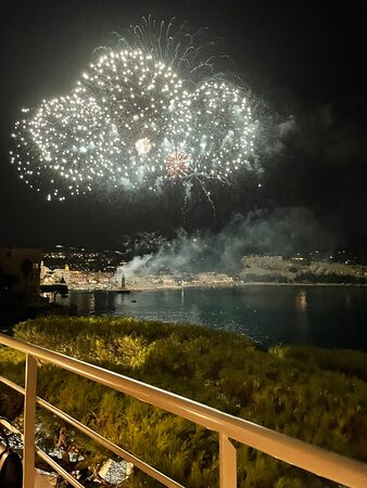 The best spot to enjoy the fireworks. Delicious food, wonderful service and breathtaking view on Cassis and the cap canaille mountain. Don't miss it !