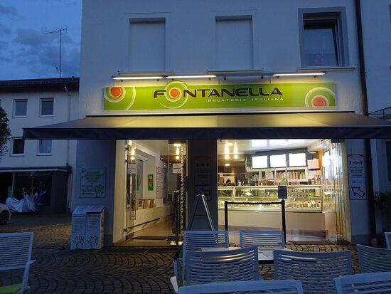 Abends vor der Fontanella