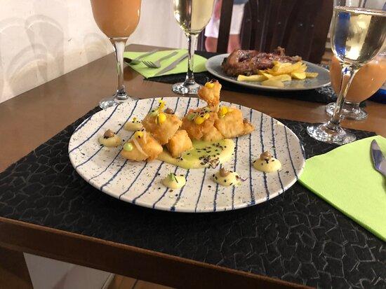 Bacalao frito con mayonesa de aguacate parmenrier,salsa de maíz ,crema de guisante y mahonesa de café .... lima también !!