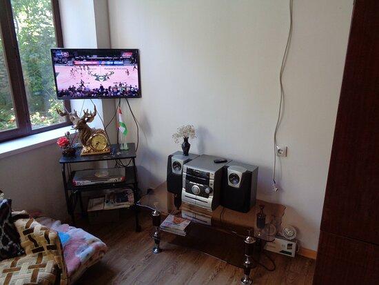 """Tadschikistan: Był też """"kącik"""" ze sprzętem RTV. Poprzedni wieczór spędziliśmy tu oglądając """"pożegnalny"""" mecz naszych piłkarzy na ME [2:3 ze Szwecją]."""