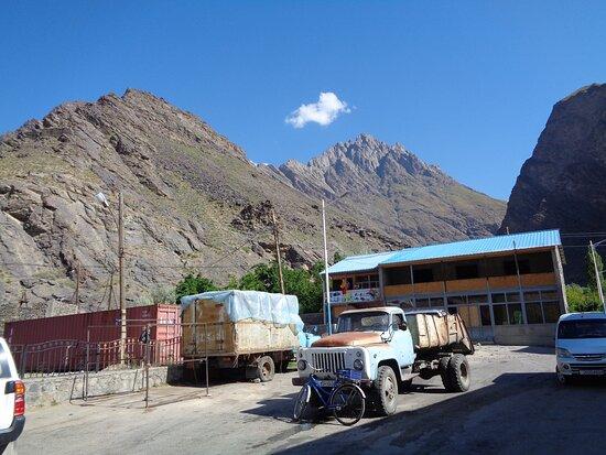Tadschikistan: Warto też zwrócić uwagę jak stare ciężarówki są tu stale jeszcze w użyciu .