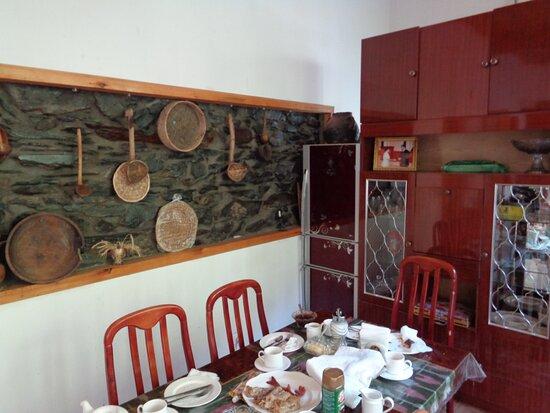 Tadschikistan: W tej przestronnej jadalni podane było raczej skromne , ale wystarczające śniadanie . Za dużą szafą mieściła się kuchnia a kiedyś to było jedno większe pomieszczenie .