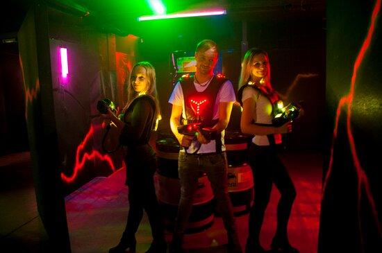 www.lazerfun.cc - Adrenalin & Actionspaß für bis zu 21 Personen. Mehrere Spiel-Modi: Zombie-, Capture the Flag oder z.B. Gladiatoren Modus. Ideal für Gruppen wie Geburtstage, Polterabende, Weihnachtsfeiern usw.