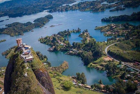 Besøk byene Guatapé, El Peñol, El Retiro og Tekendamita Foss.