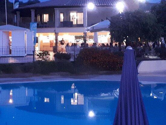la piscine la plus proche avec le restaurant dans le fond (à savoir qu'il y à une autre piscine beaucoup plus éloignée)
