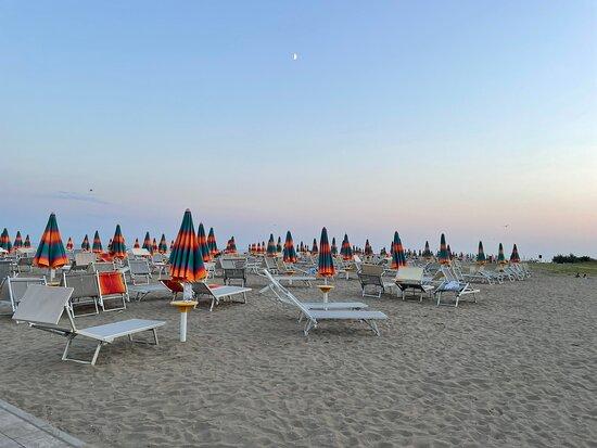Eraclea Mare, Italia: Strand , 5 Minuten zu Fuß vom Eraclea Palace Hotel