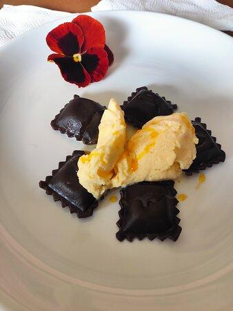 Raviole de chocolate recheado de nozes