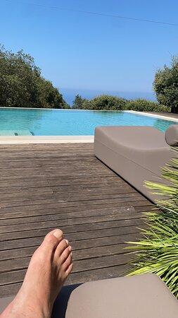 Piscina a strapiombo sul bosco e bar ristorante per il lunch. - Foto Vallegrande Nature Resort by Geocharme, Sisilia - Tripadvisor
