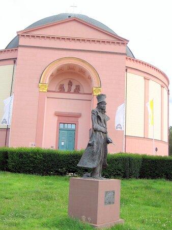 Die Bronze Statue vom Schriftsteller Ernst Elias Niebergall, auf der Wilhelmienenplatz-Wiese, vor der St, Ludwig Kirche, in Darmstadt.