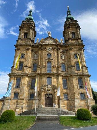 Die Front der Basilika, die man auch vom Tal aus sieht