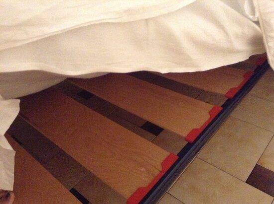 Bett ist nur Lattenrost auf Füßen und Matratze