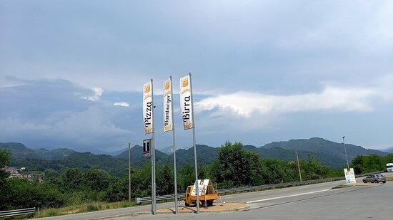 Coreglia Antelminelli, Italia: piazzale con l'insegne