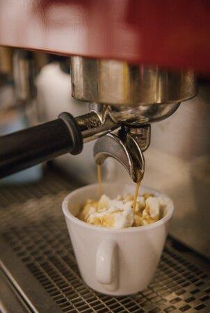 Kava with cream   Kafe ekspres hidhet mbi krem të ngrirë me vanilje. Një delikatesë nga Kroacia.  Frozen whipped cream is topped with espresso. A delicacy from Croatia.