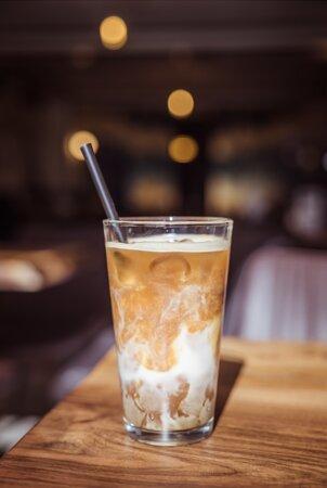 Iced Vanilla latte - available with oat or almond milk - me qumësht tërshërë ose bajame