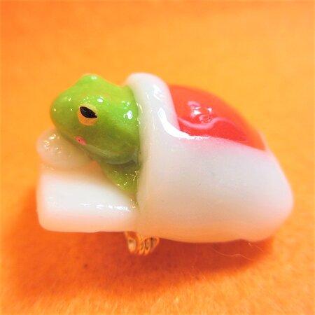 布団でお昼寝カエル ブローチ frog in futon brooch #大阪 #中崎町 #カエル #雑貨 #雑貨屋 #オンリープラネット #onlyplanet #osaka #nakazakicho #frog