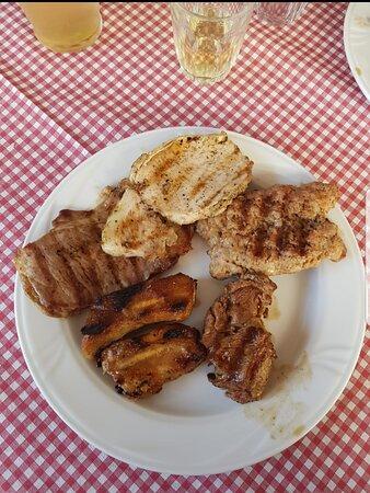Crostini al pomodoro tortelloni e tagliatelle fatte in casa e grigliata
