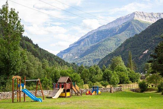 Además de nuestro parque infantil de la terraza puedes disfrutar de una pausa en el corazón de los Pirineos en el parque situado junto al área de servicio.