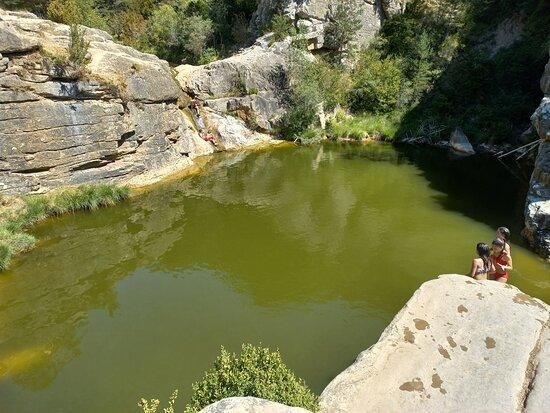 Como se ve hay gente en el pequeño chorro de agua porque en la poza se metían y desaparecían
