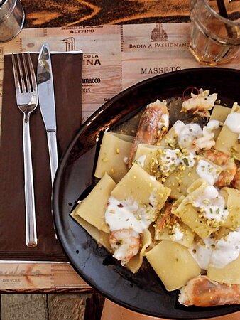 Pasta Urban : gamberi, stracciatella di burrata e granella di pistacchio