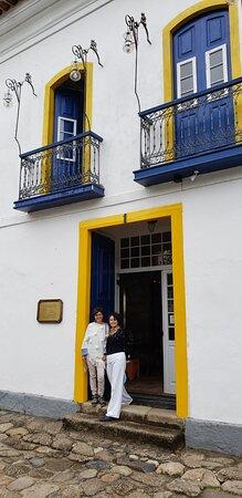 Entrada da pousada e pequena parte da fachada colonial, linda.