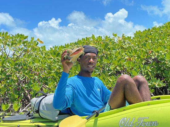 Turks-och Caicos: DeAndre found a conch!!
