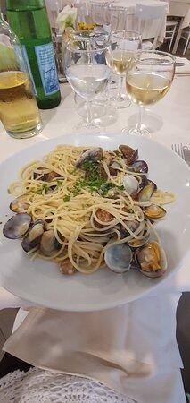 Fritto misto, fregola sarda, spaghetti alle vongole, ceadas e tris di congedo