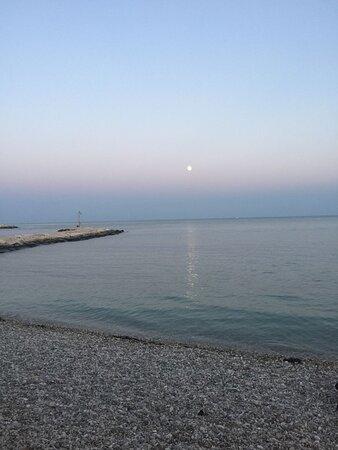 Tramonto e luna sul mare