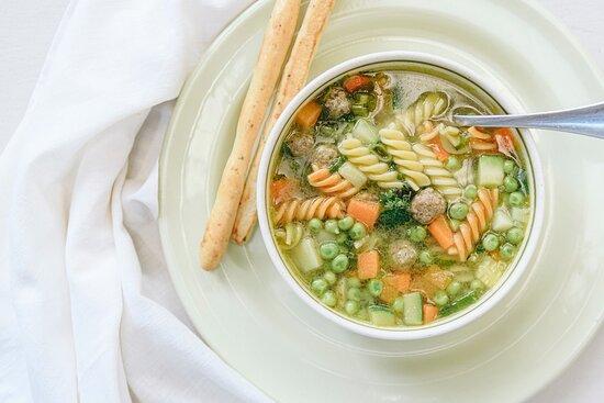 Sopa Matrimonio: fondo de pollo, vegetales, pasta y mini albóndigas de carne de res.