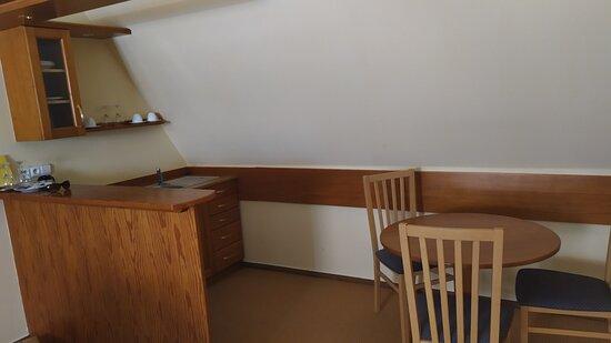 Kuchynka s barovým pultom a jedálenským stolom