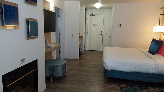 2 Room Suite: 1 King & 2 Queen beds, Fold out Queen Sofa Bed, Fireplace & Whirlpool Bathtub