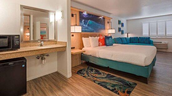 2 Room Suite Standard King & 2 Standard Queen beds, ADA Tub/Shower Combo