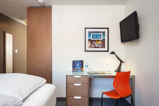 University Inn Interiors Trad Queen Desk E