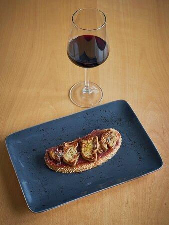 Tosta de foie con jamón ibérico y dulce de membrillo