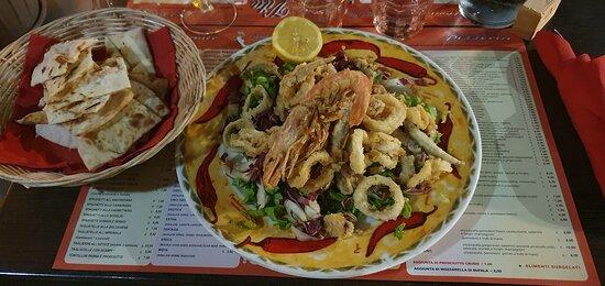 Restaurant parfait certainement très peut touristiques . Il ne paye pas de mine mais personnelle accueillant on les adore. Tarif plus que correct voir ma photo de la carte . ( assiette mixte de la photo 10 euros ) on se regale avec leurs plats plusieurs fois que l'on y retourne sur la semaine de voyage en Italie.