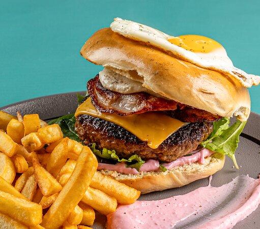 Bagel Burger Beef burger, bacon, cheddar, fried egg, creamed feta, seasonal salad and beetroot mayo Μοσχαρίσιο μπιφτέκι, bacon, cheddar, τηγανητό αυγό, κρέμα φέτας, σαλάτα εποχής και σπιτική μαγιονέζα
