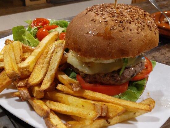 Burguer full con salsa P&L . Casera con carne halal