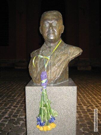 Jussi Björling statue in front of S:t Jacobs kyrka, Stockholm