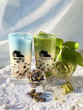 Blue Bae og Green Cha 💙💚 Vegansk «milk tea» lagd av grønn te og vegansk melkepulver - som i sin helhet gjør drikkene silkemyk for munnen og gir en deilig, god smak for smaksløkene.  Ikke nok med at smaken er behagelig (noe som prioriteres høyest for oss), er selve drikken utrolig fin å se på! Du er fri til å velge om du vil ha teen «butterfly pea flower tea» eller matcha på toppen. Uansett hva som velges, vil teene være komplementære ved ristingen 😌❤️TeaOlogy - the finest bubble tea in Norway