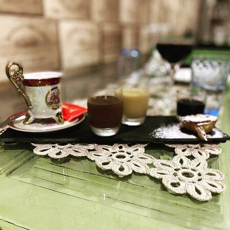 Café Gourmand Fado Português - café, mousse de chocolate, baba de camelo, miniatura de pastel de nata, shot de Porto velho