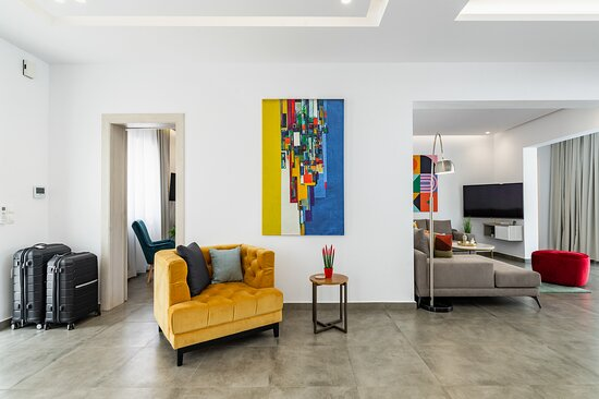Pefki, Greece: Living room and more