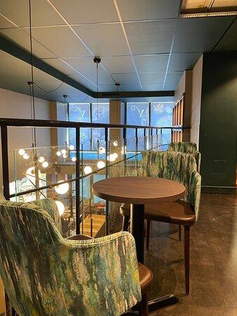 Väldigt trevlig inredning, sköna sittplatser och en stor variation  på platser som passar olika sällskap