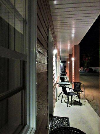 Chaque chambre est munie d'une terrasse individuelle, une petite table et 2 chaises
