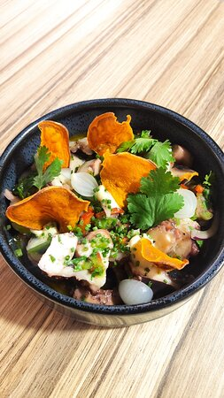 Salada de Polvo acompanhada com chips de batata-doce
